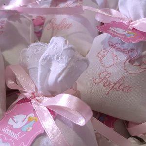 sacchetti per confettata personalizzati con ricamo del nome e della cicogna completi di tag e confetti