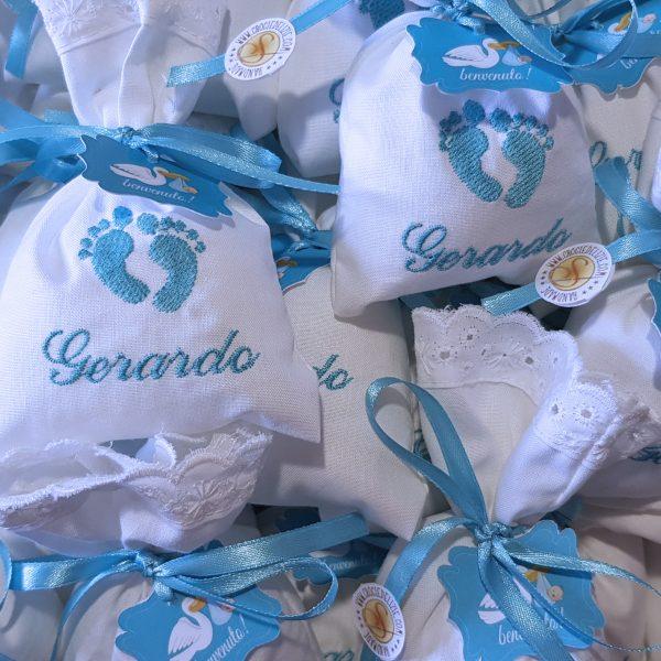 Sacchetti per confettata personalizzati con ricamo del nome e dei Piedini completi di tag e confetti