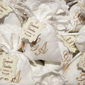 Sacchetti per confettata personalizzati con ricamo delle iniziali completi di tag e confetti